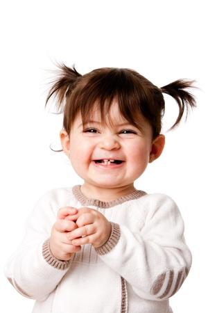 lachendes gesicht: Sch�ne expressive adorable gl�cklich h�bsch lachend l�chelnd Baby kind kleinkind M�dchen mit Ponytails zeigt Z�hne, isoliert.