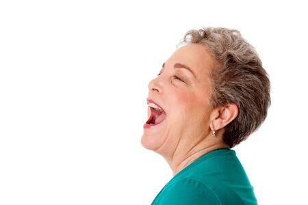 cantando: Mujer senior feliz hablando gritando yelling canto con la boca abierta, aislado. Foto de archivo