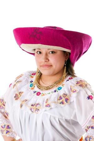 Gezicht van een mooie Latijns-zigeunervrouw uit Zuid-Amerika gekleed in Folklore kleding met hoed uit Ecuador, Colombia, Bolivia Peru of Venezuela, geïsoleerd.