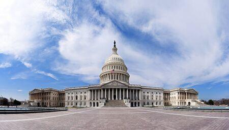 白い雲と青い夏空の下の民主党共和党の政府の上院と下院の議会党のための米国米国の国会議事堂の建物の広角パノラマ。