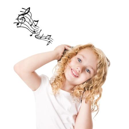 Mooi schattig gelukkig blond meisje met koptelefoon grooving muziek beluisteren, geïsoleerd.