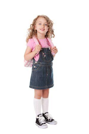 Mooi meisje met rugzak gelukkig en klaar om terug te gaan naar school, geïsoleerd. Stockfoto