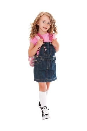 Happy peuter met rugzak lopen naar school in de lente of zomer, geïsoleerd.