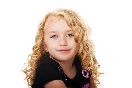 Mooie gelukkig lachend gezicht van een jong meisje met golden blond haar en blauwe ogen, geïsoleerd.