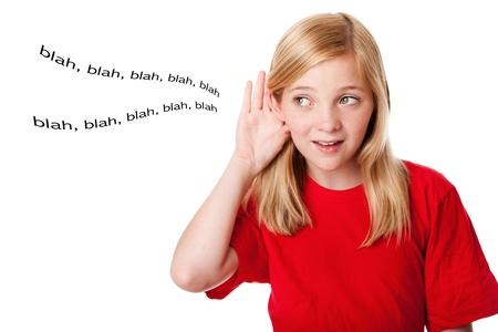 oir: Hermosa linda rubia adolescente con mano dirigir palabras de audiencia escucha de o�do. Concepto escuchan qu� ni�os. Aislado.