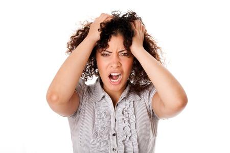 Gefrustreerd boos formele corporate business vrouw met krullend hairwith handen in het haar en schreeuwen schreeuwen, geïsoleerd.