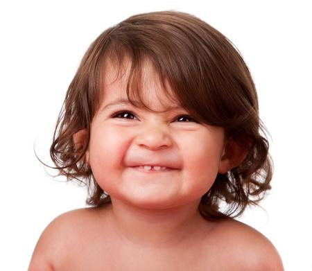 Linda cara feliz gracioso niño bebé sonriendo mostrando los dientes, aislado.