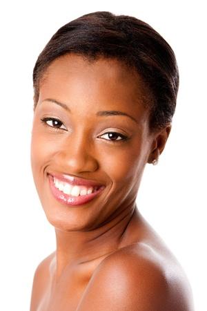 Mooi gezicht van een gelukkig aantrekkelijke Afrikaanse jonge vrouw lachend met een gezonde puistje acne vrije huid en witte tanden, huidverzorging of tandheelkundige zorg concept, geïsoleerd.