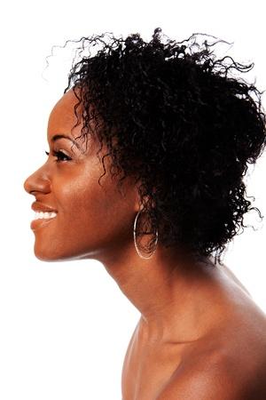 visage femme africaine: C�t�, profil, un visage de femme africaine belle avec les cheveux boucl�s afro sourire montrant des dents blanches, isol�. Banque d'images