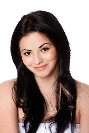 fair skin: Hermoso atractivo feliz sonriente mujer joven con la piel perfecta clara y pelo largo y negro, aislado. Foto de archivo