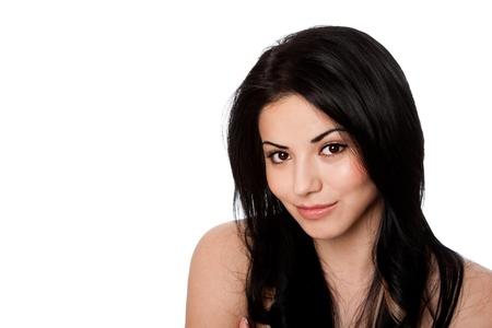 Mooie gezicht van de gelukkige glimlachende aantrekkelijke jonge vrouw met een mooie huid en zwart haar, huidverzorging concept, geïsoleerd.