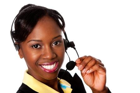 Mooie gelukkig lachende Afrikaanse zakenvrouw medewerker van de klantenservice operator, geïsoleerd. Stockfoto