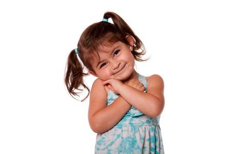 Happy lachende peuter meisje met mooie leuke uitdrukking en staartjes in het blauw gekleed, geïsoleerd.