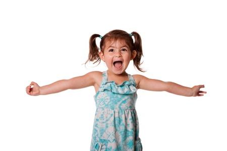 Cute mooie grappig extatisch gelukkig weinig peuter meisje vieren met open armen, geïsoleerd. Stockfoto