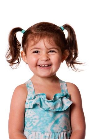 Mooie expressieve schattig gelukkig schattig lachen glimlachende jonge peuter meisje met paardestaarten die tanden tonen, geïsoleerd.