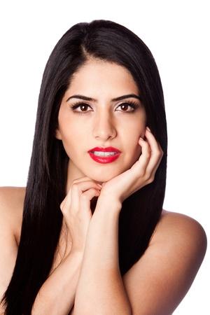 Gezicht van een mooie vrouw met lang zwart haar en rode lippenstift, geïsoleerd. Stockfoto