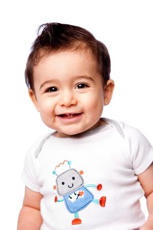 niños latinos: Feliz lindo bebé sonriente mostrando los dientes del niño vistiendo la camiseta con el robot, aislado.
