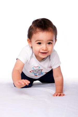 bebe gateando: Lindo niño feliz bebé que gatea sonriente, en blanco. Crecer concepto.