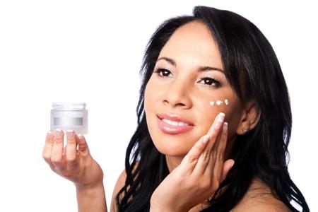 Gezichtshuid Schoonheidsbehandelingen, mooi gezicht, huidverzorging vochtinbrengende exfoliërende crème toepassing, geïsoleerd.