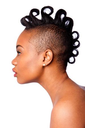 side profile: Profilo laterale della bella donna faccia africana con riccioli Mohawk acconciatura, isolato.