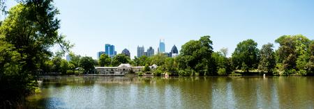 meer: Lake Clara Meer in Piedmont Park with Atlanta Skyline and Aquatic Center. Stock Photo