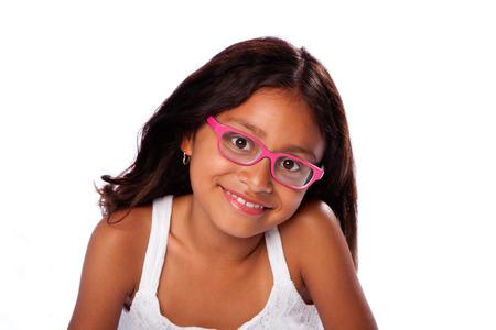 Carino felice sorridente Latina ragazza ispanica con gli occhiali rosa, su sfondo bianco.