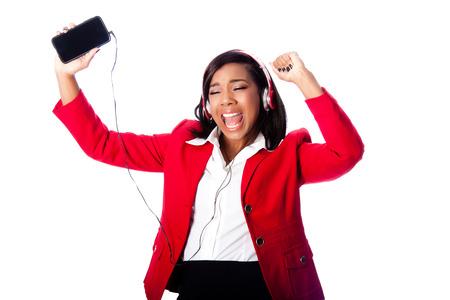 listening to music: Hermosa mujer de negocios feliz jamming cantar, escuchar música en el teléfono móvil sin cables, en blanco.
