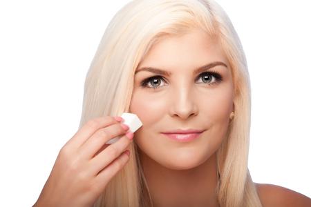 Bel volto di giovane donna per l'estetica del viso concetto skincare pulitura applicare cosmetici trucco, su bianco. Archivio Fotografico - 65014576