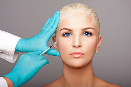 Mooi gezicht van de jonge vrouw Esthetische gezicht huidverzorging concept van anti-rimpel botox Restylane injectie van cosmetische plastische chirurg schoonheidsspecialiste. Stockfoto