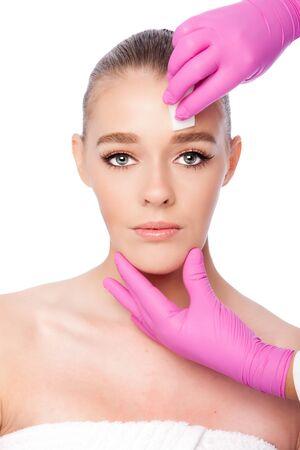 Bella faccia pulizia estetica skincare spa trattamento di bellezza con i guanti rosa e spugna, su bianco. Archivio Fotografico - 68866664