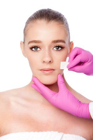 Bella faccia pulizia estetica skincare spa trattamento di bellezza con i guanti rosa e spugna, su bianco. Archivio Fotografico - 68866667
