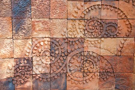 Bakstenen muur met boomtakken vorm gesneden patroon Stockfoto