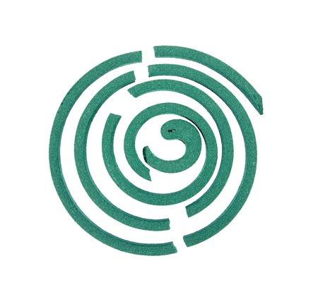 bobina: Agrietan repelentes de mosquitos bobina aislada en espiral para mosquitos background.Crack blanco