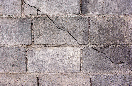 paredes de ladrillos: Grieta en concreto de cemento bloque de muro de bloques de hormigón de escorias background.Cement agrietada