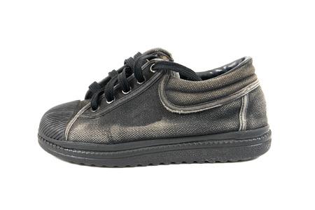 zapatos escolares: zapatos escolares negros viejos aislados en los zapatos escolares background.Boy blanco aisladas Foto de archivo