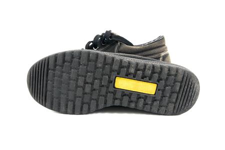 zapatos escolares: Bajo edad chico zapatos de la escuela aislados en blanco background.Beneath zapatos de la escuela vieja aislada