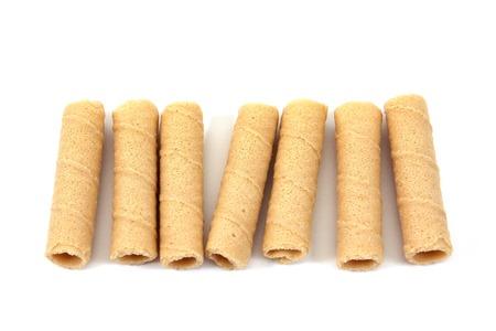 galletas integrales: Rodillo crujiente de coco aislado sobre fondo blanco. Tong, muan, tailandés, dessert.Bread, palos, aislado