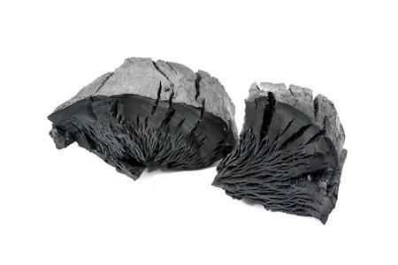 白い背景に分離された天然の木炭。伝統的な木炭またはハードの木に分離します。分離された炭。木炭テクスチャ背景