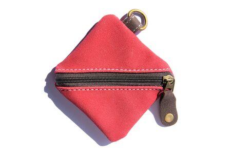Petit sac à main en cuir avec fermeture éclair isolé sur fond blanc. Sac portefeuille en cuir carré rouge avec fermeture à glissière et porte-clés