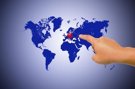 Mains humaines, tenant le monde de carte avec les symboles numériques Banque d'images