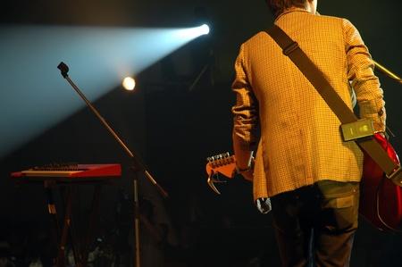le guitariste d'un groupe de pop avec une guitare