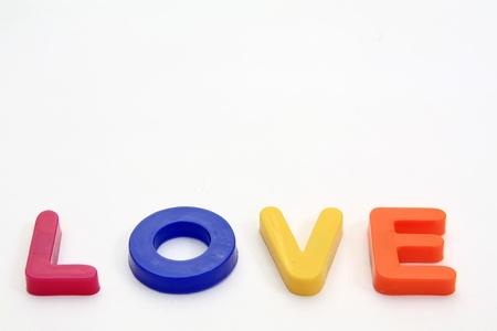 Mot d'amour en plastique isolé sur fond blanc