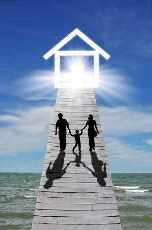 Passerelle à la maison avec la familles silhouettes