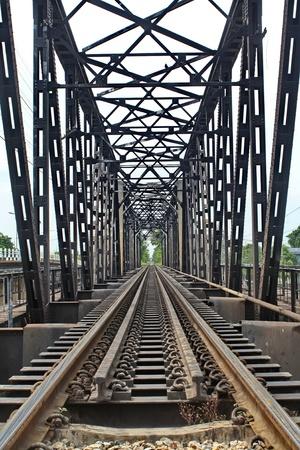 La longueur des rails ? travers le fleuve Banque d'images