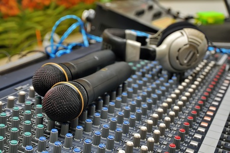 Partie d'un mixeur de son audio avec un microphone Banque d'images