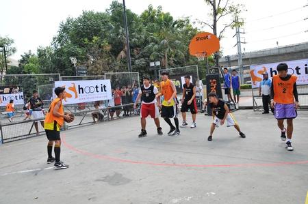baloncesto chica: Pathumthani, Tailandia 15 de enero. Estudiante torneo de baloncesto. Cargo-FUTURO PARQUE DE LA CALLE SHOOTIT 3. En el centro comercial futuro parque, Pathumthani, Tailandia.