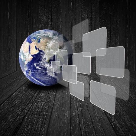 Voler sur le bouton transparent avec globe terrestre sur fond de bois