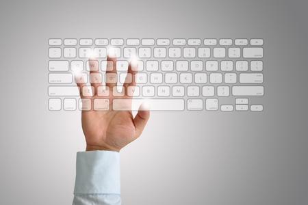 Main sur clavier Banque d'images