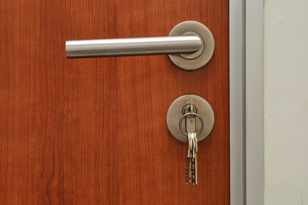 Modren stijl deurkruk op natuurlijke houten deur