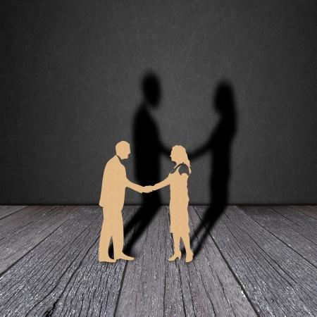 Paper cut d'homme d'affaires sur le grain du bois avec l'ombre noire Banque d'images
